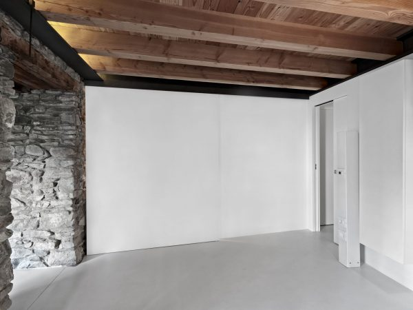 interiors-of-a-empty-room-with-wooden-beamed-ceili-YEHC3RB-min